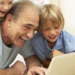 Las personas mayores viven mejor si oyen bien